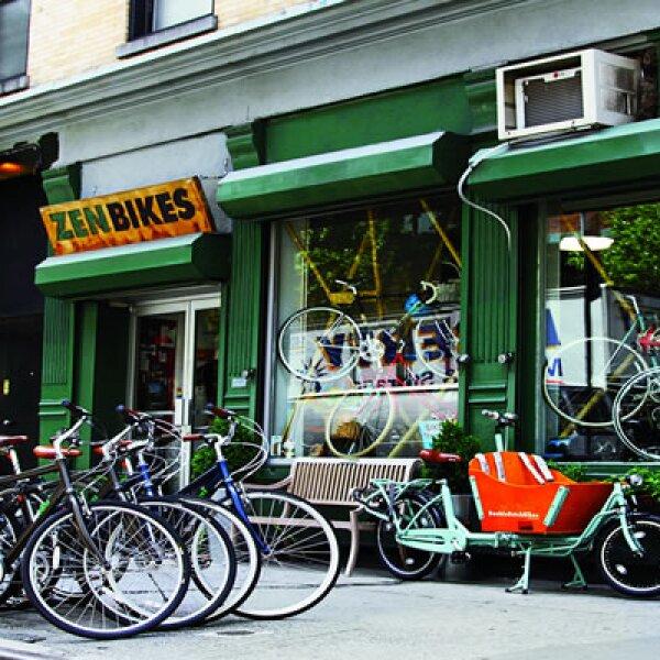 En West Chelsea se abren constantemente nuevos restaurantes. Carlos Couturier frente al comedor La Esquina.