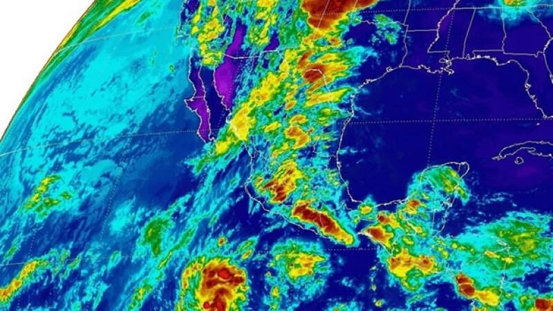 Una  imagen Infrarrojo de las nubes densas con tormentas en diversas regiones de México este jueves