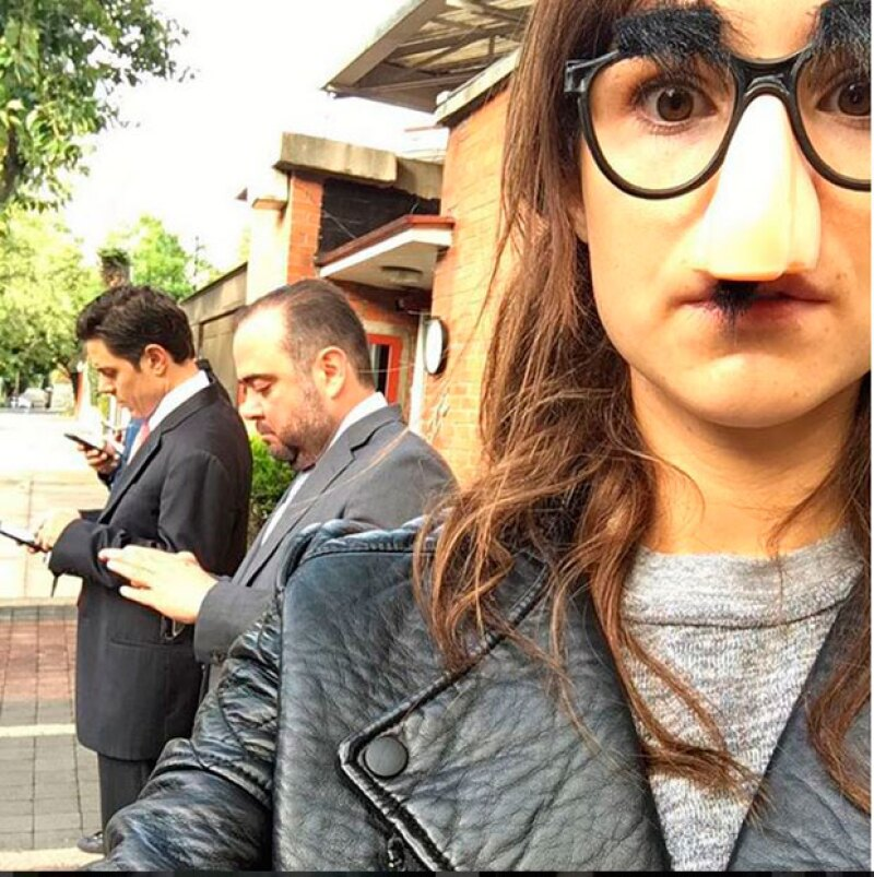 La actriz posteó en Instagram una divertida foto en la que la vemos caracterizada con bigote y lentes con el fin de hacer felices a Jerónimo, de siete años, y Fiona, de cinco.