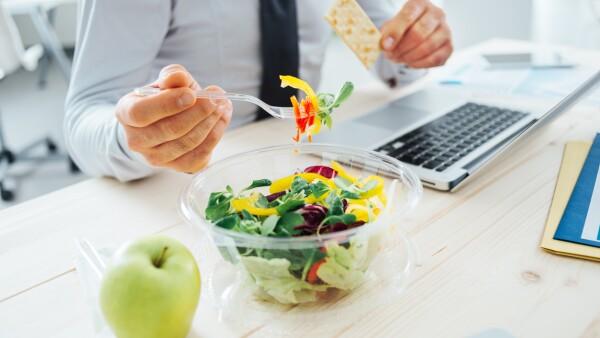 Ser vegetariano o vegano no garantiza buenos resultados, pues es posible abstenerse de comer carne o lácteos y aún así tener un estilo de vida poco saludable.