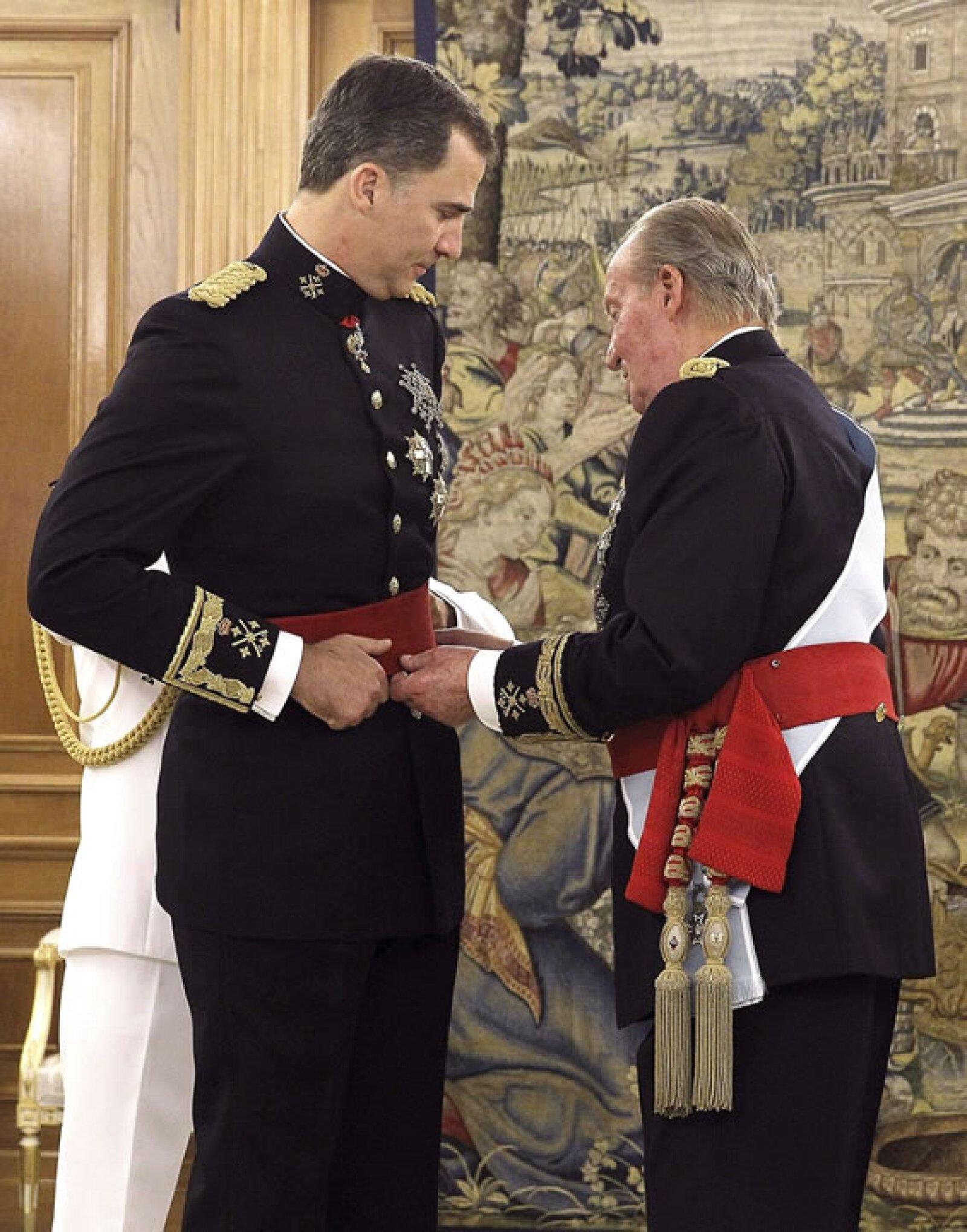 En el Palacio de la Zarzuela, Juan Carlos I puso a Felipe VI el fajín de Capitán General de las Fuerzas Armadas.