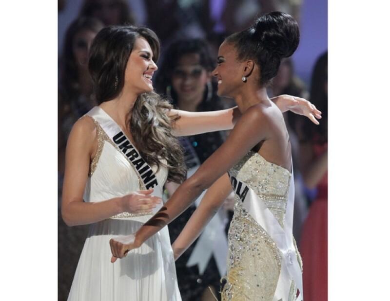 Leila Lopes y Olesya Stefanko durante la recta final de Miss Universo 2011.