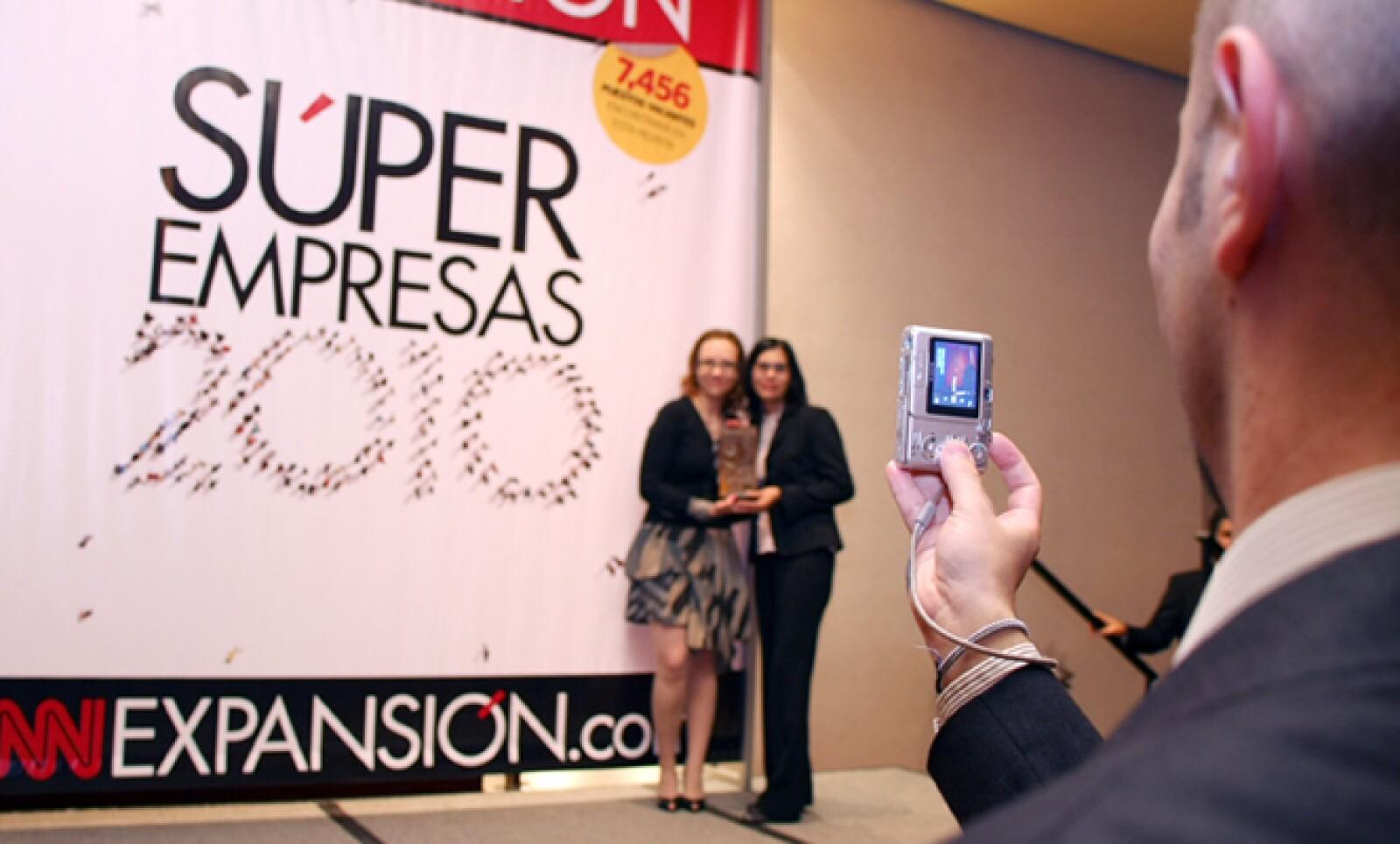 Directivos y colaboradores se colocaron enfrente de las portadas gigantes de la revista Expansión para tomar fotos y recordar la noche en que su empresa fue reconocida como una de las mejores para trabajar.