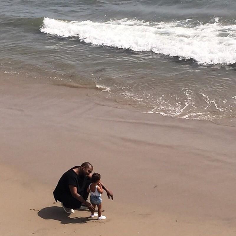Esperando a que su esposo y su hija regresaran de su breve momento en la playa, ella aprovechó para tomarles esta foto desde el mirador.