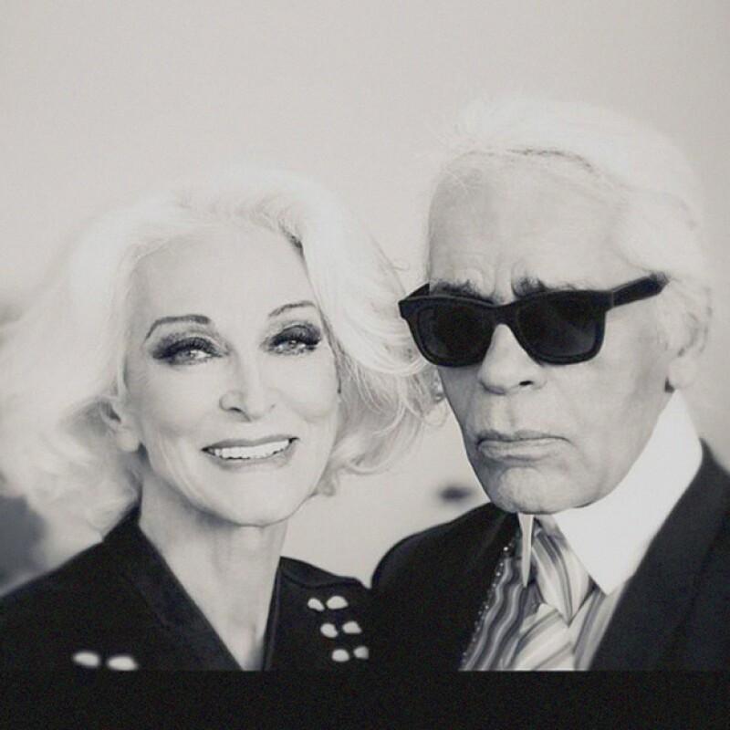 Karl Lagerfeld con la modelo que fotografía para la historia de Harper´s Bazaar a cargo de Carine Roitfeld.