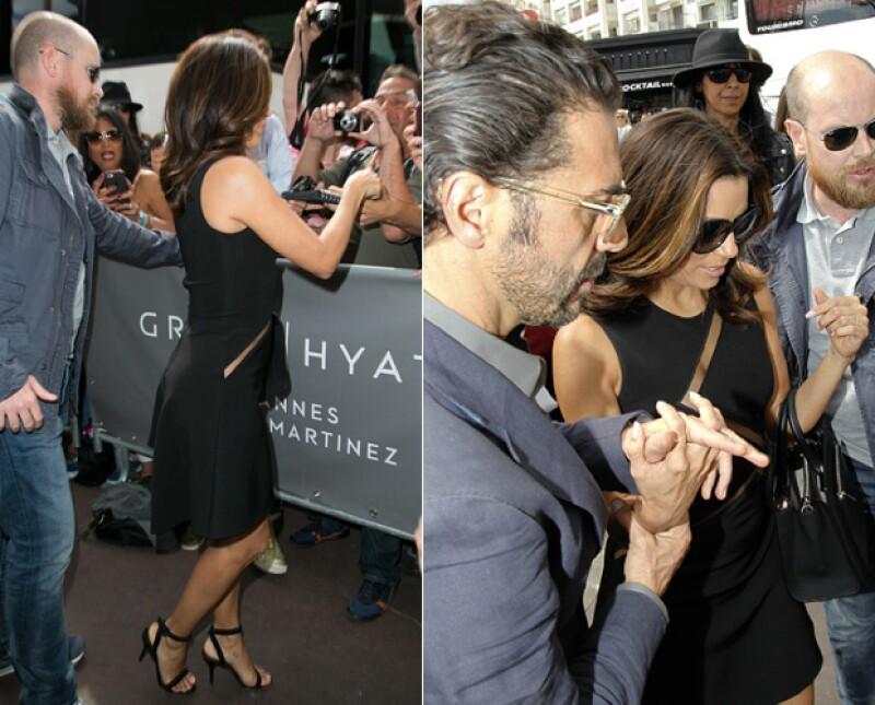 José Bastón mostró su caballerosidad a Eva, dándole la mano para que no perdiera el equilibrio.