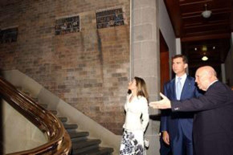 Aquí durante su recorrido por la sede del alto tribunal, acompañados por el presidente de la Suprema Corte de Justicia.