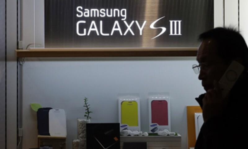 El teléfono destaca por su función para mantener la pantalla encendida cuando miras el teléfono. (Foto: AP)