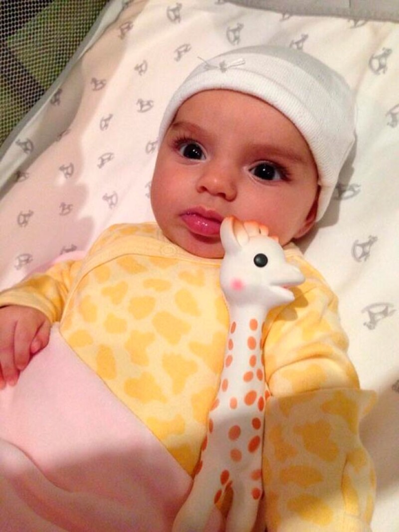 Alessandra Rosaldo publicó dos fotografías de su hija para celebrar que cumple tres meses de nacida. Así, notamos que ha crecido y que sus ojos explican lo enamnorada de su mamá.