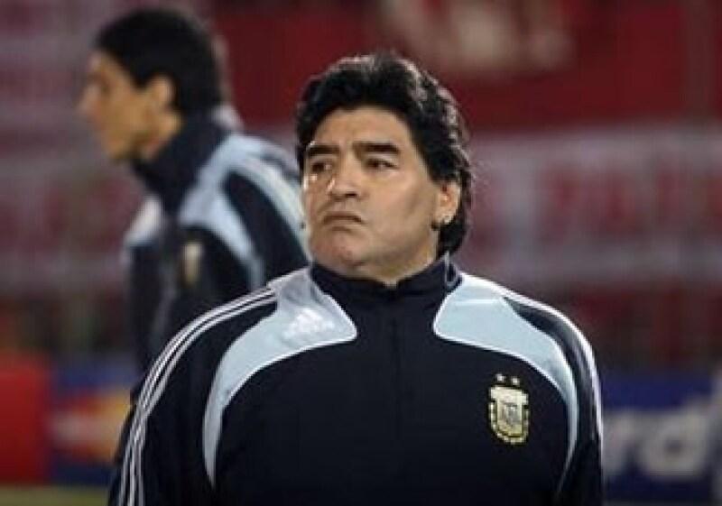 Las autoridades italianas no revelaron si Maradona traía los aretes puestos al momento de la confiscación. (Foto: Reuters)