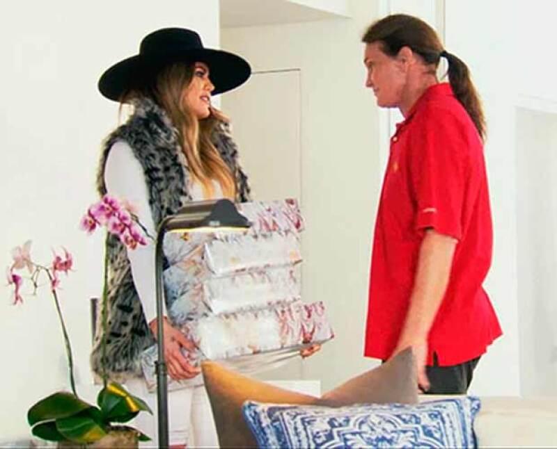 La menor de las hermanas Kardashian mostró su total apoyo a su padrastro en su decisión de transformarse en mujer al obsequiarle prendas femeninas.
