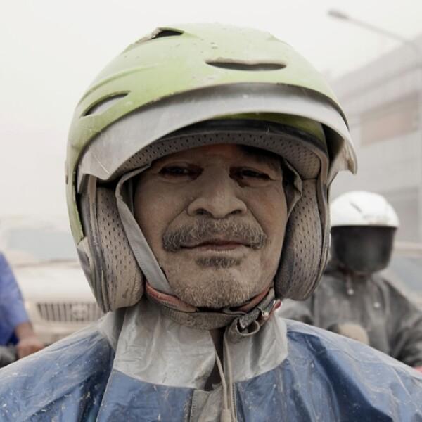 un motociclista cubierto con cenizas