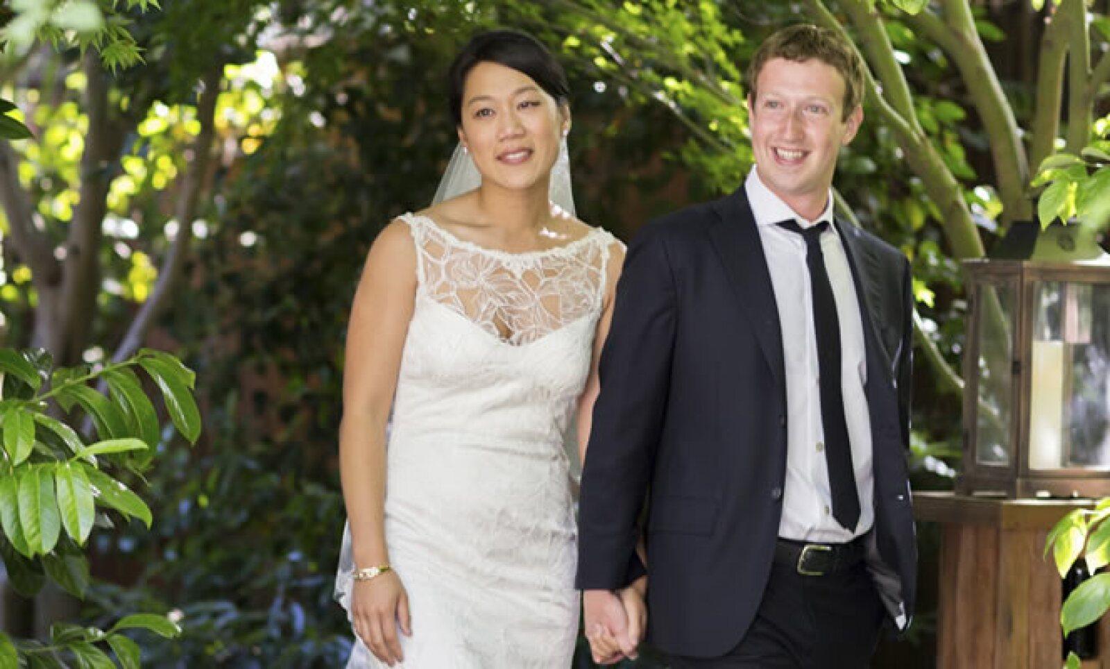Un centenar de invitados acudieron al patio trasero de Zuckerberg pensando que iban a festejar a Chan, quien el 14 de mayo se graduó de la carrera de Medicina.