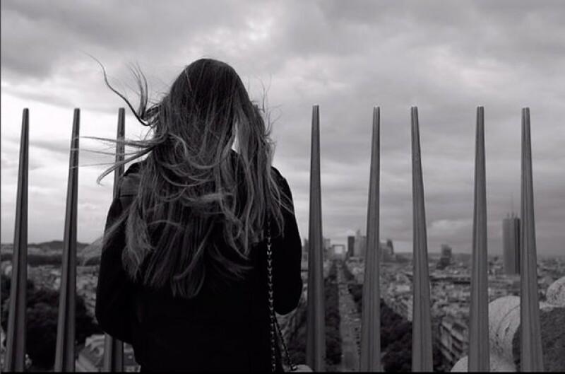 El joven publicó esta fotografía desde París, hecho que ha generado especulaciones de un posible romance.