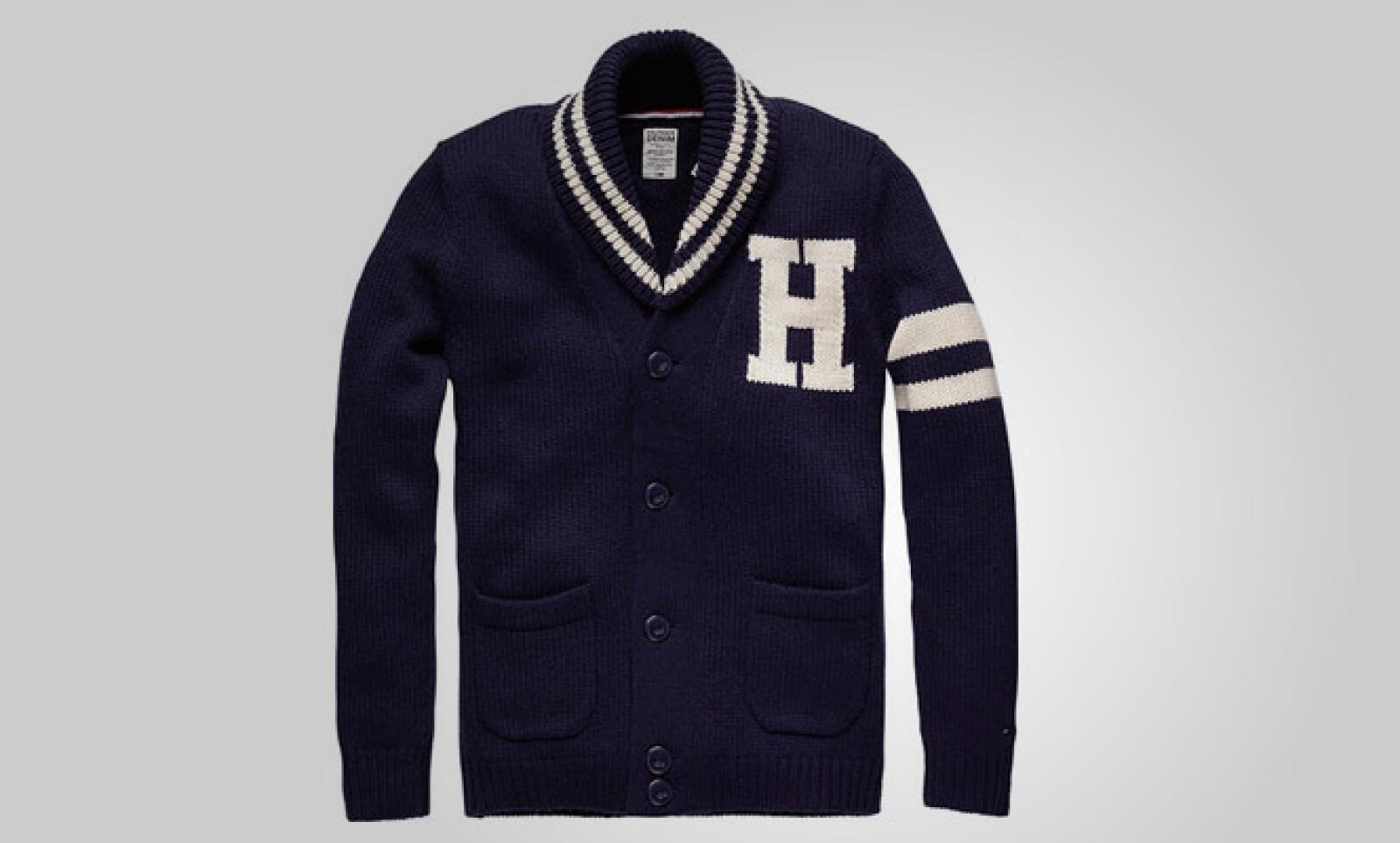 Combina este suéter de punto en color azul con unos pantalones en color café para un estilo más casual.