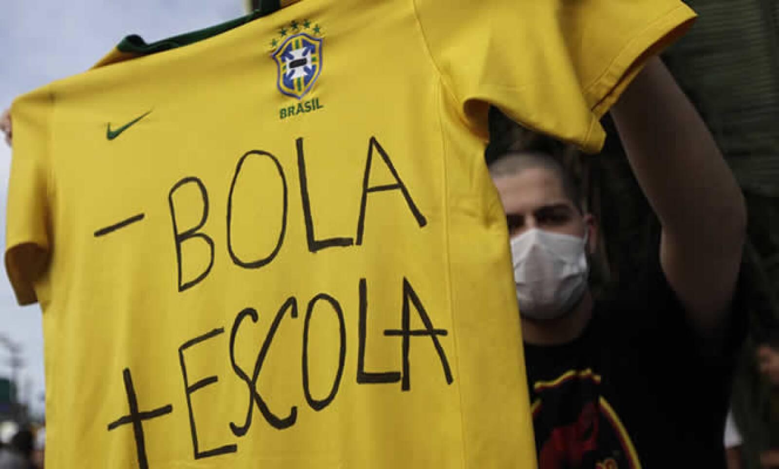 La presidenta Dilma Rousseff expresó su apoyo a las protestas, prometió frenar la violencia y pidió a los brasileños que sean generosos con turistas.