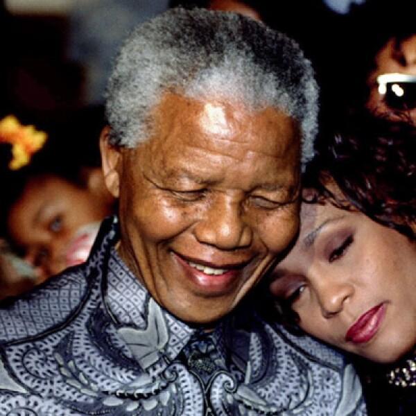 En 1999,  el líder sudafricano, quien solía ser criticado por sus escasos conocimientos económicos, entregó el poder a líderes jóvenes más preparados para manejar una economía moderna.