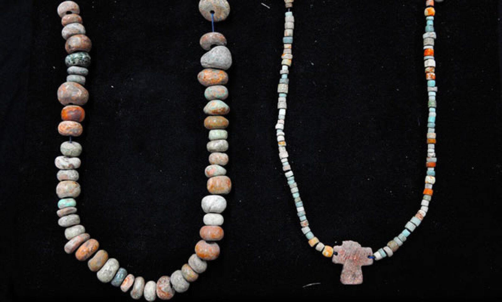 Piezas de joyería como collares, algunos adornaban las esculturas.