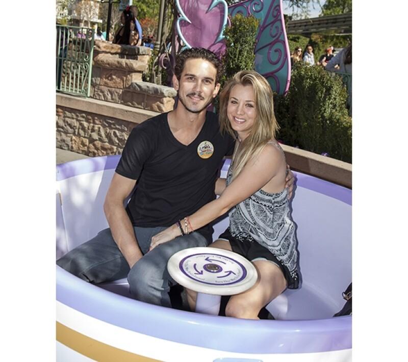 """La pareja que se casó en año nuevo sigue celebrando su matrimonio. Fueron captados en el parque de diversiones de Anaheim, California usando pines de """"recién casados""""."""