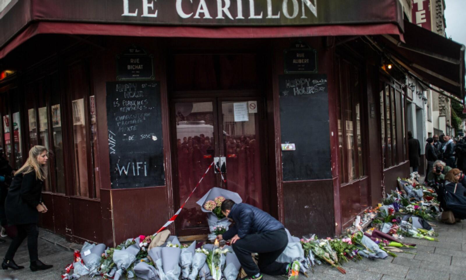 Uno de los sitios atacados amanece con flores y homenajes para las víctimas.