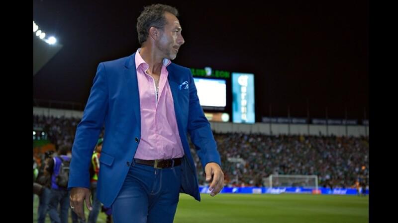 El director técnico de León Gustavo Matosas observa a su equipo empatar 1-1 con Querétaro el sábado