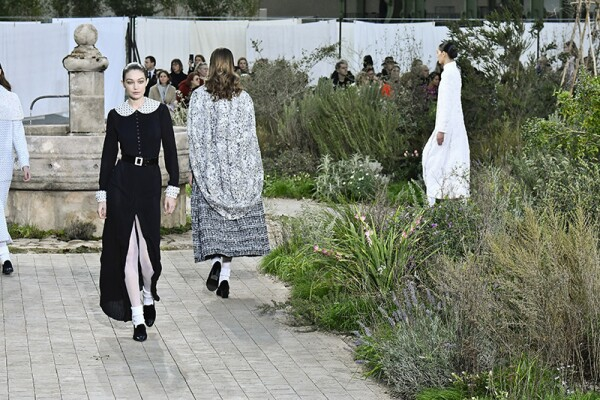 Chanel : Runway - Paris Fashion Week - Haute Couture Spring/Summer 2020