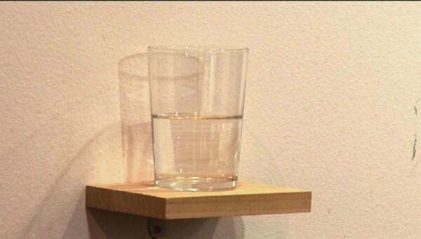 Vaso de agua medio lleno