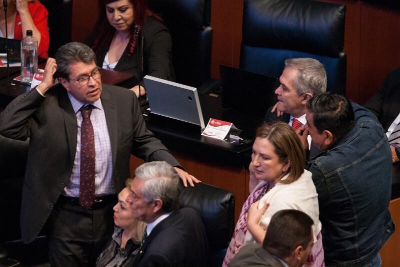 Senadores en votación