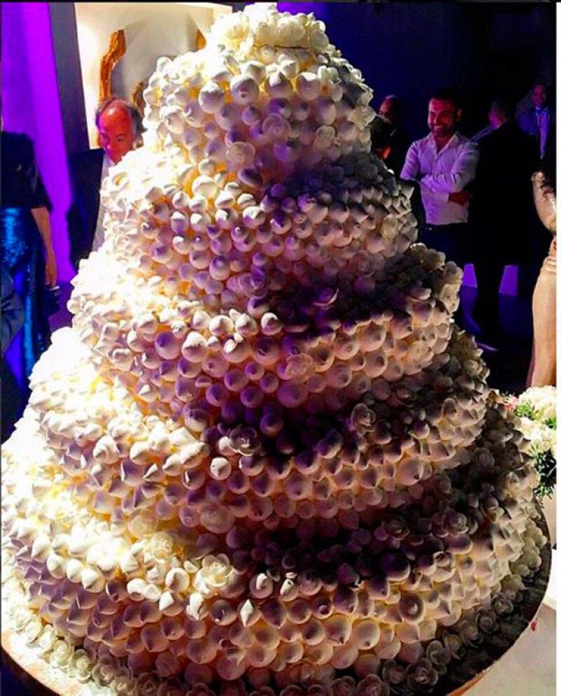 El espectacular pastel de bodas de la modelo y empresario.