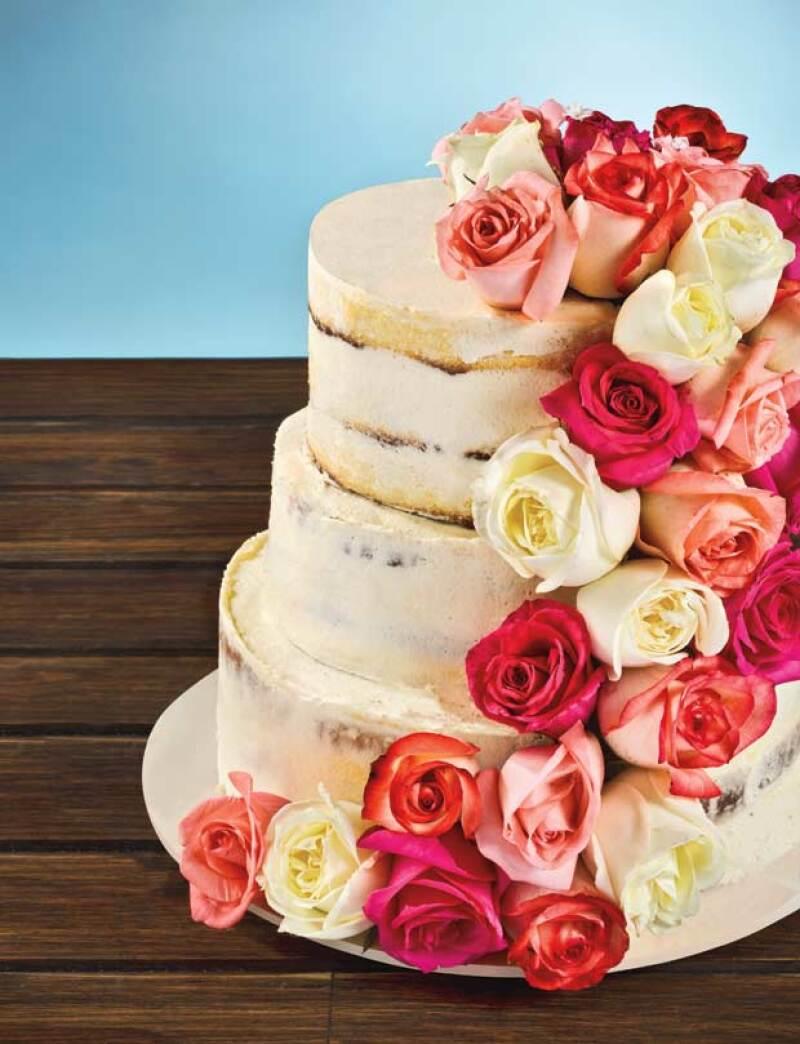 El clásico wedding cake está listo para hacer su regreso triunfal de la mano de una nueva tendencia: naked cakes, el minimalismo romántico de la pastelería.