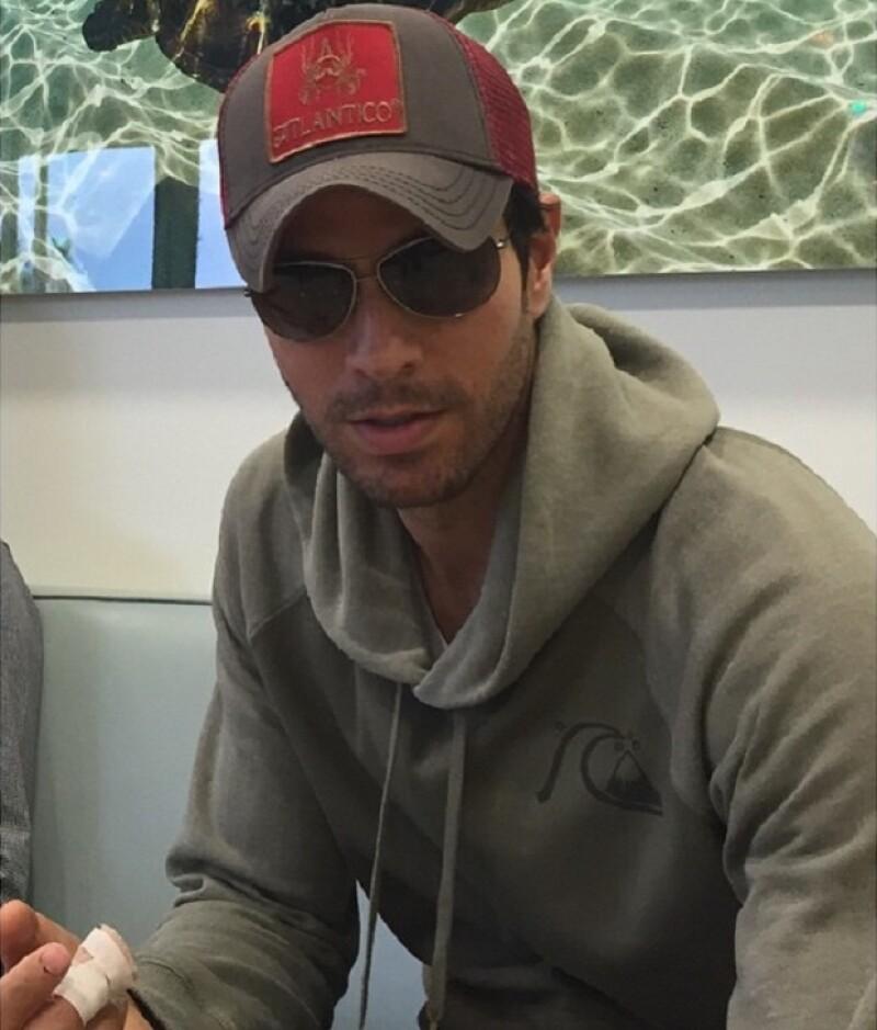 Luego su accidente con un dron durante su concierto en Tijuana, el cantante español compartió una imagen de su mano lastimada.