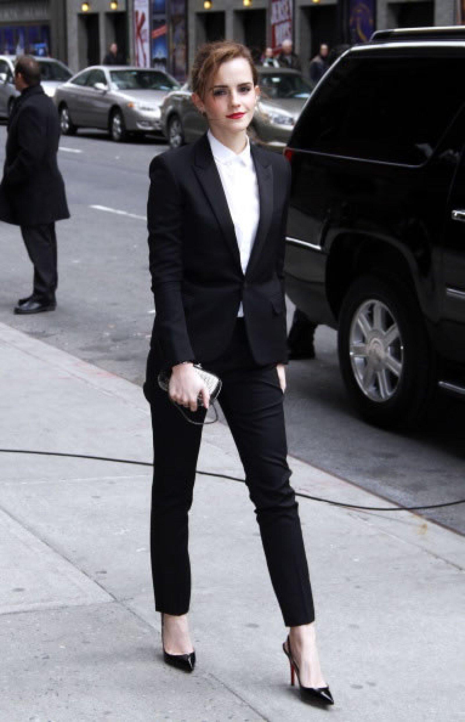 Aquí vemos  a la actriz con un outfit bicolor, una de sus combinaciones preferidas. Añadiendo pointy heels y labial rojo creó un look elegante rápidamente.