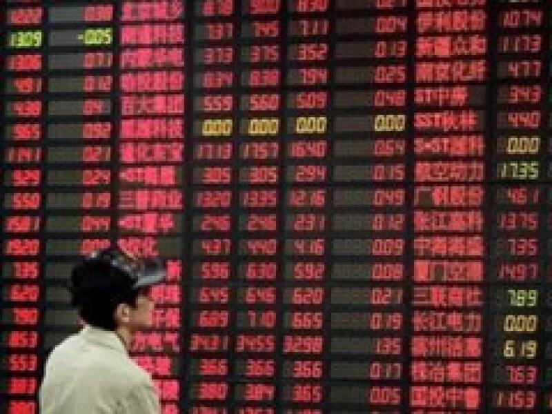 Por más que los precios de las acciones estén subiendo en China, las estadísticas indican que le economía está declinando. (Foto: AP)