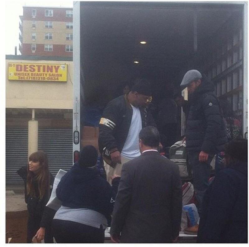 La pareja estuvo en un centro comercial en Rockaway, Queens, donde repartieron mochilas con artículos de primera necesidad y medicamentos por más de tres horas.