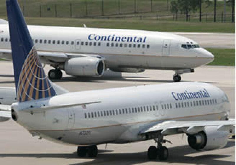 Líneas aéreas como Continental han comenzado a cobrar tarifas por servicios que antes estaban incluídos en el boleto. (Foto: AP)
