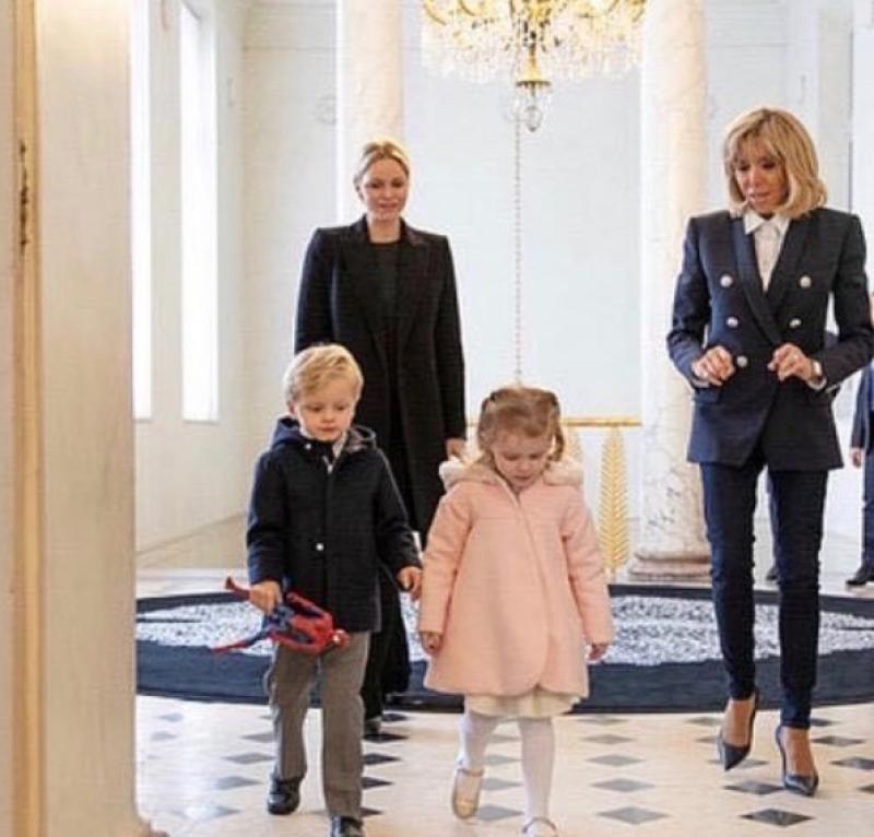 Charlene de Mónaco y sus hijos con Brigitte Macron 2