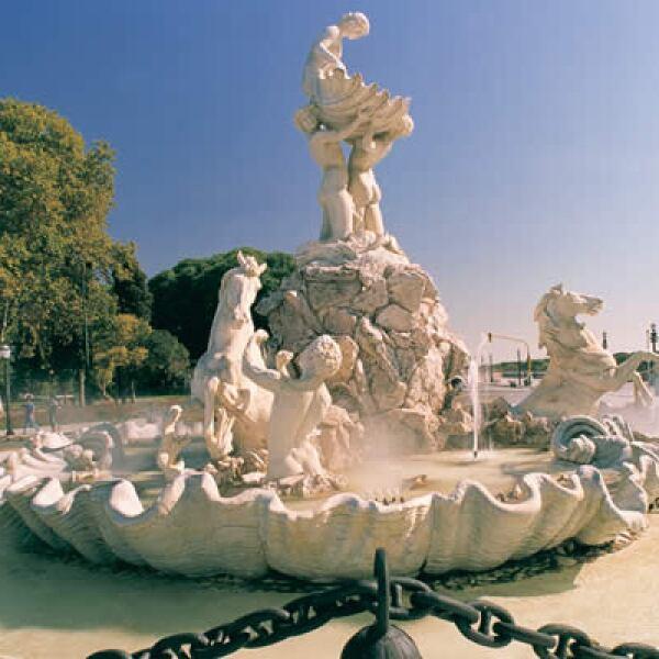 """Otro de los ejemplos culturales de este destino es la fuente de las nereidas, mejor conocida como la """"Lola Mora"""", por haber sido diseñada por la escultura Dolores Mora de Hernández en 1903."""