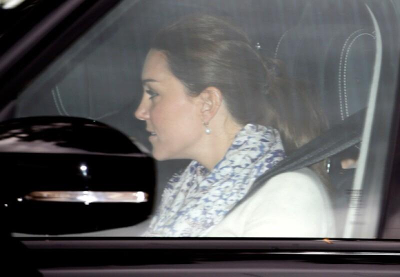 El momento en el que Kate y su familia fueron captados saliendo del Palacio de Kensington.