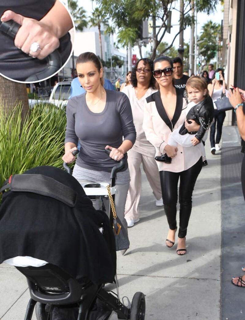 Kim y Kourtney, de compras con sus hijas. Kim presumió el anillo de compromiso de 15 quilates que le dio Kanye West.