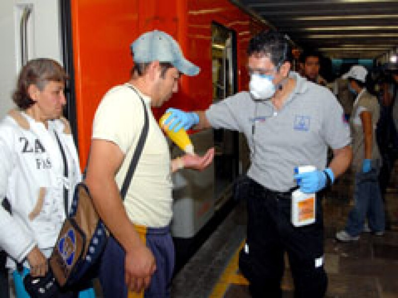 El GDF comenzó con la campaña de control sanitario en el Metro. (Foto: Notimex)