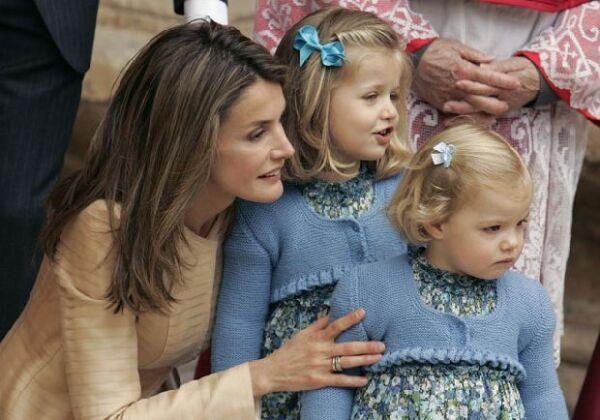 Las más aplaudidas fueron las hijas de los Príncipes, Leonor y Sofía, vestidas ambas con un vestido de flores y una rebeca torera azul.