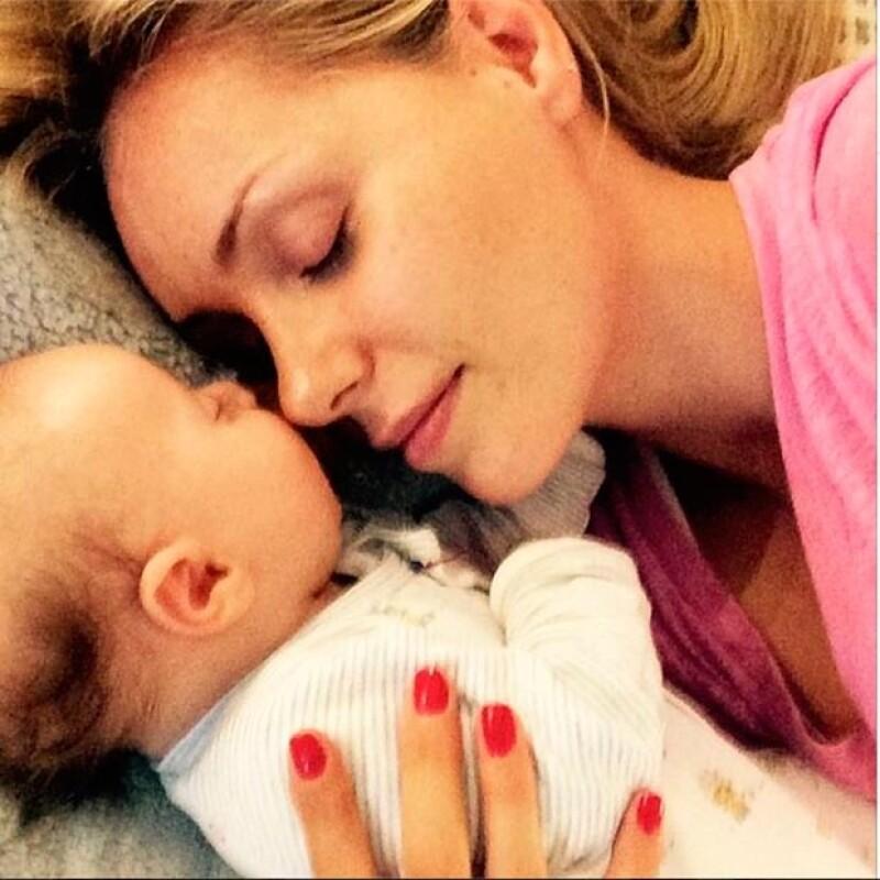 Heidi también ha compartido fotografías en las que vela el sueño de su bebé.