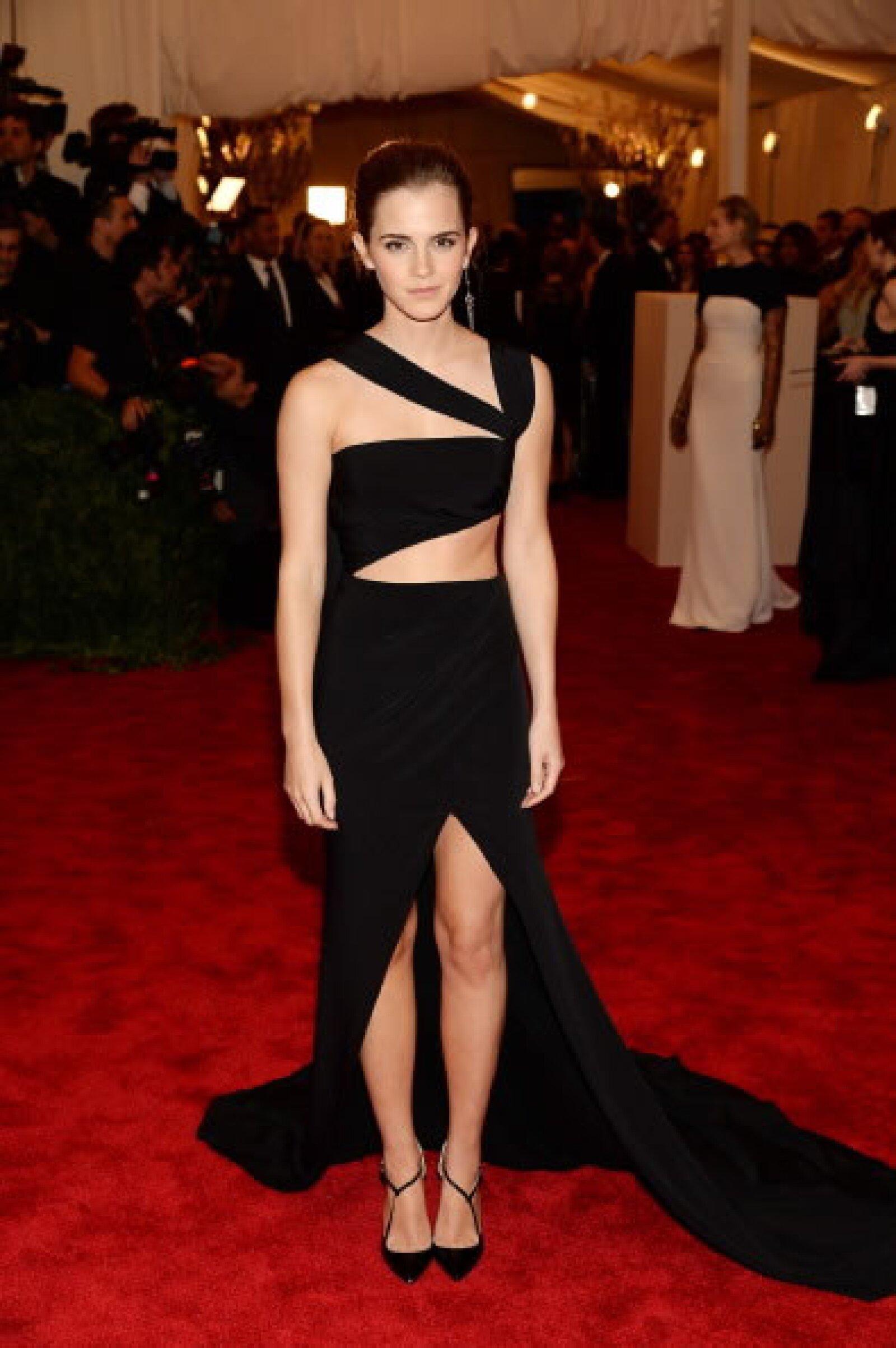 La estrella de Harry Potter se presentó a la gala Punk: Chaos to Couture en un vestido cutout negro, muy adhoc con la ocasión, su look fue edgy y muy sexy.