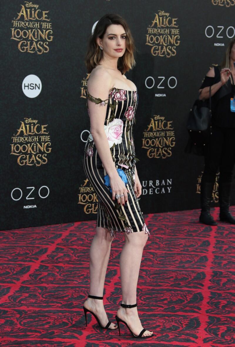 Así lució Anne en la premiere de `Alice Through The Looking Glass´.