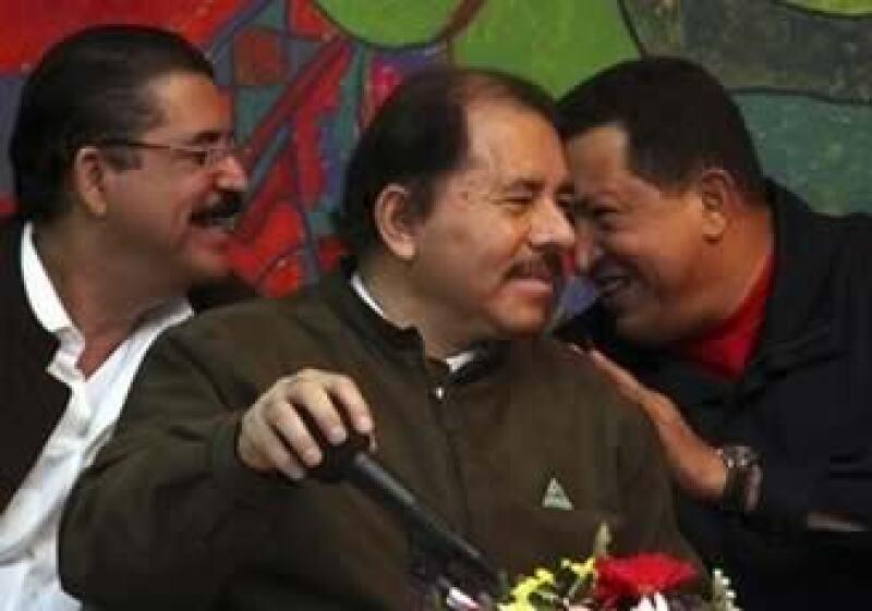 Manuel Zelaya (izq) recibió el apoyo de su par Hugo Chávez (der). (Foto: AP)