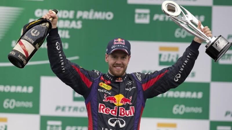 El piloto alemán de Red Bull, Sebastian Vettel, a celebrar en noviembre de 2013 su victoria en el Gran Premio de Brasil