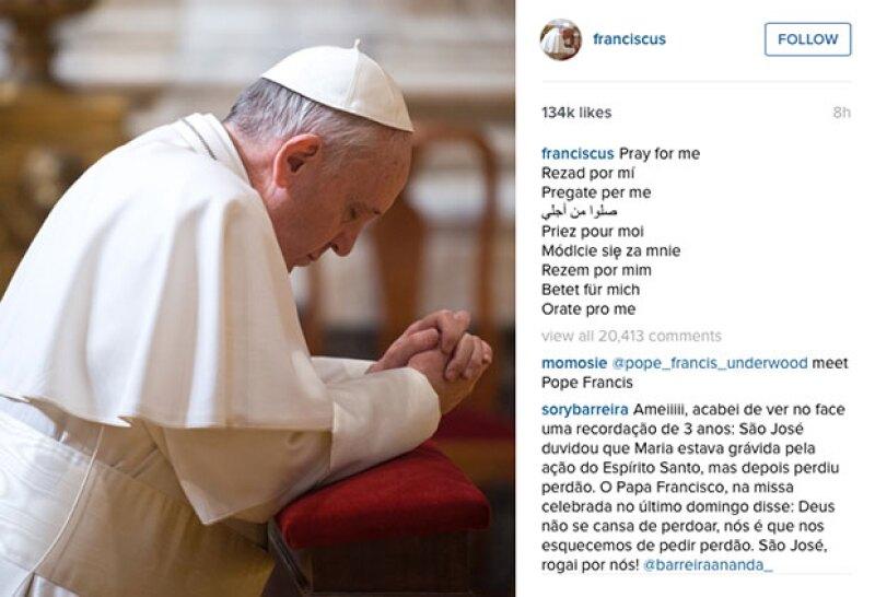 Como es su costumbre, en la primera foto publicada por el Papa, pidió a sus fieles rezar por él.