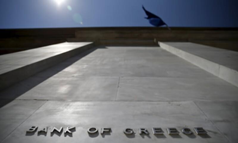 El BCE elevó el techo  de los fondos de emergencia que prestamistas griegos pueden sacar del banco central del país. (Foto: Reuters )