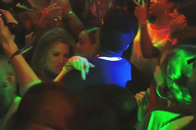 La socialité asitió este lunes a un club nocturno con el rapero, The Game, donde bailó de manera sensual y fue vista fumando una sustancia sospechosa.