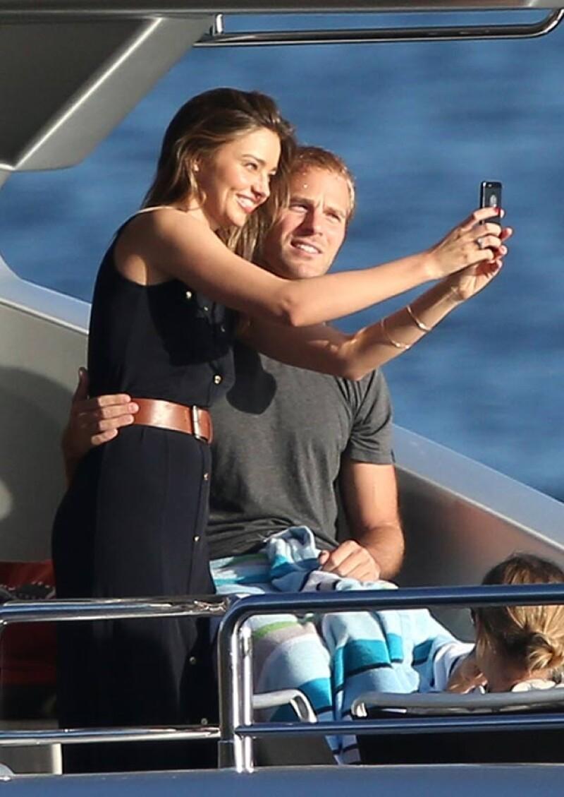 La modelos australiana fue fotografiada en actitudes cariñosas con el empresario australiano Charlie Goldsmith mientras daban un paseo en yate por Sidney.